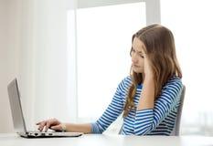 Gitl adolescente trastornado con el ordenador portátil en casa Fotos de archivo