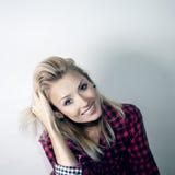 Gitl blond gai de sourire. Image stock