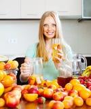 Gitl com a bebida do fruto fresco Fotografia de Stock