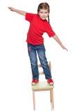 Gitl Littlr стоя на стуле и балансировать Стоковые Фото