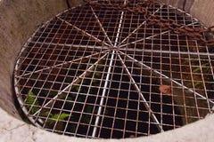 Gitter auf altem Brunnen lizenzfreie stockbilder