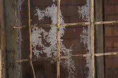 Gitter auf dem Fenster aufgebaut mit Ziegelsteinen, das Konzept von ewigem, lebenslängliche Freiheitsstrafe lizenzfreies stockfoto