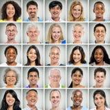 Gitter des Abschlusses Ups von lächelnden Leuten Stockfotografie