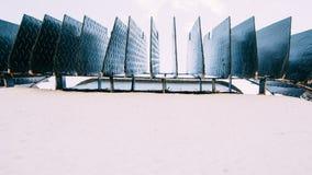 Gitter des Abwasserkanals am Bürgersteig, Kopienraum Stockfotos