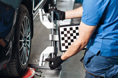 Gitter-Sensor stellt Mechaniker auf Auto ein Autostand mit Sensor-Rädern für Ausrichtungswölbung überprüfen herein Werkstatt des  Stockfotos