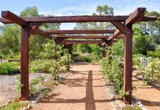 Gitter und hölzerne Garten-Laube lizenzfreie stockbilder