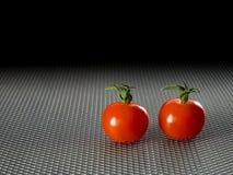 Gitterplatte mit zwei roten Tomaten lizenzfreie stockfotos