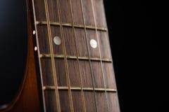 12. Gitterwerk einer Akustikgitarre Stockfoto