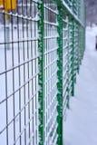 Gitterzaun im Schnee stockfoto