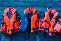 Giubbotti di salvataggio arancio di colore Immagine Stock