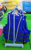 Giubbotti di salvataggio blu per il salvataggio della gente su acqua Fotografie Stock Libere da Diritti