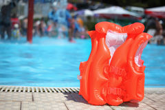 Giubbotto di salvataggio arancione vicino al raggruppamento nel aquapark Fotografie Stock Libere da Diritti