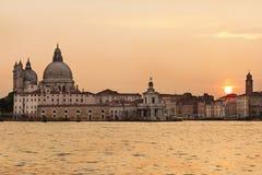 Giudecca的Redentore教会在威尼斯,意大利在金黄日落现出轮廓在威尼斯,意大利 免版税库存图片