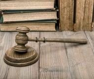 Giudica il martelletto con i vecchi libri di tavola armonica Fotografia Stock Libera da Diritti