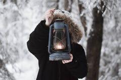 Giudicando una vecchia magia di inverno della lampada di cherosene leggiadramente fotografia stock libera da diritti