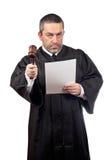 Giudice che legge una frase Immagine Stock Libera da Diritti