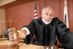 Giudice che per mezzo del suo martelletto Fotografia Stock Libera da Diritti