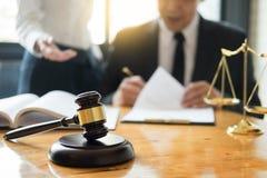 Giudice dell'avvocato di affari che lavora circa la legislazione legale Consultati fotografie stock libere da diritti
