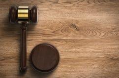Giudice di Gavel su fondo di legno Immagine Stock