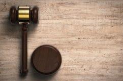 Giudice di Gavel su fondo di legno Fotografia Stock