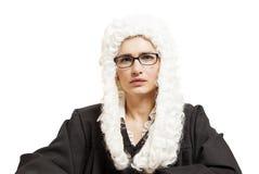 Giudice femminile che indossa una parrucca e un manto posteriore con gli occhiali fotografia stock
