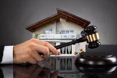 Giudice With House Model che colpisce Gavel Fotografia Stock Libera da Diritti