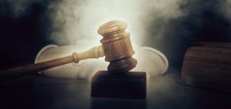 Giudice maschio In un'aula di tribunale che colpisce Gavel Fotografie Stock Libere da Diritti