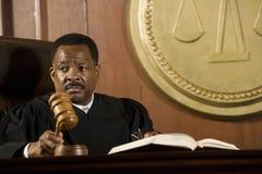 Giudice Medio Evo Knocking Gavel Fotografia Stock Libera da Diritti