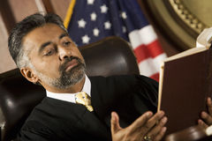 Giudice Reading Law Book Fotografie Stock Libere da Diritti