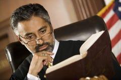 Giudice Reading Law Book per riferimento immagini stock libere da diritti