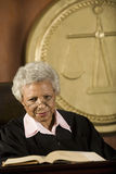 Giudice Sitting With Book in tribunale Immagine Stock Libera da Diritti