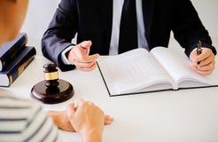Giudichi gli avvocati del martelletto giustamente che hanno riunione del gruppo allo studio legale fotografie stock