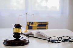 Giudichi gli avvocati del martelletto giustamente che hanno riunione del gruppo allo studio legale fotografia stock libera da diritti