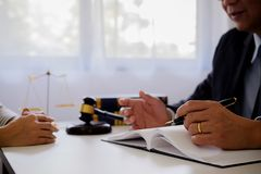 Giudichi gli avvocati del martelletto giustamente che hanno riunione del gruppo allo studio legale immagini stock libere da diritti