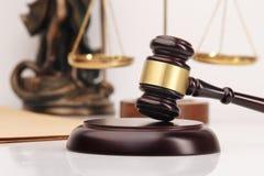 Giudichi gli avvocati del martelletto giustamente che hanno riunione del gruppo allo studio legale nel fondo Concetti di immagini stock libere da diritti