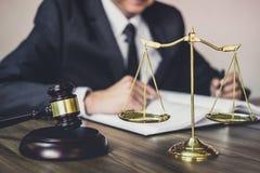 Giudichi gli avvocati del martelletto giustamente, Gavel sulla tavola di legno e sull'avvocato del maschio o del consulente che l fotografie stock libere da diritti