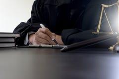 Giudichi gli avvocati querelante del martelletto giustamente o la riunione del difensore Immagini Stock Libere da Diritti