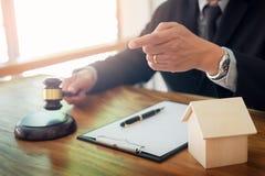 giudichi i dimenamenti il suo dito come stabilisce la legge nella causa della proprietà Fotografia Stock Libera da Diritti