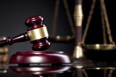 Giudichi il martelletto del ` s e la scala della giustizia Concetto della giustizia e di legge Immagini Stock