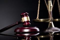 Giudichi il martelletto del ` s e la scala della giustizia Concetto della giustizia e di legge Fotografie Stock
