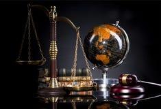 Giudichi il martelletto del ` s e la scala della giustizia Ufficio legale Fotografia Stock Libera da Diritti
