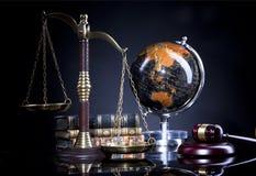 Giudichi il martelletto del ` s e la scala della giustizia Ufficio legale Fotografie Stock Libere da Diritti