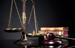Giudichi il martelletto del ` s e la scala della giustizia Ufficio legale Fotografie Stock