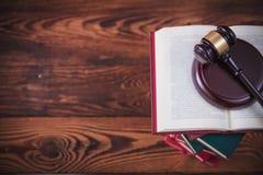 Giudichi il martelletto del ` s sopra i libri con backround di legno Fotografie Stock