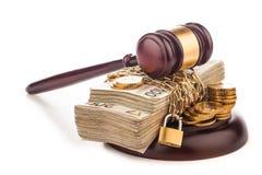 Giudichi il martelletto e lucidi i soldi isolati su bianco Fotografie Stock Libere da Diritti