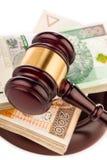 Giudichi il martelletto e lucidi i soldi isolati su bianco Fotografia Stock