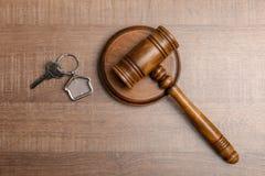 Giudichi il martelletto ed alloggi la chiave su fondo di legno Concetto di legge della proprietà Fotografia Stock