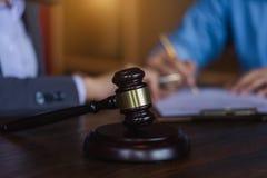 Giudichi il martelletto su fondo teable di legno con l'avvocato e il attorne fotografie stock