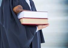 Giudichi la metà di sezione con i libri ed il martelletto contro la giuria di legno blu confusa Immagini Stock