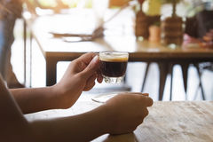 Giudichi una tazza di caffè espresso all'aperto Fotografia Stock Libera da Diritti